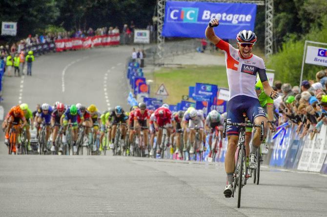 Naesen trionfa a Plouay inseguito dalla muta scatenata del gruppo (foto Bettini)