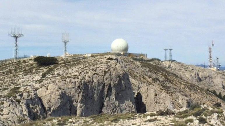 Le strutture militari costruite sulla vetta del Monte Aitana (Google Street View)