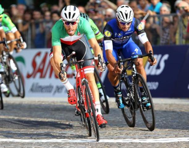 Nizzolo anticipa Gaviria sul lastricato di Piazza Castello ad Agliè (foto Tim de Waele/TDWSport.com)