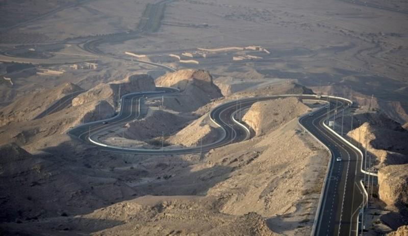 La spettacolare strada che sale verso Jebel Hafeet, la montagna degli Emirati Arabi teatro del finale della tappa regina dellAbu Dhabi Tour (www.thenational.ae)