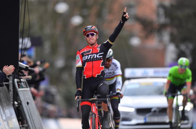 Il campione olimpico in carica Greg Avermaet vince la prima classica del Nord sconfiggendo  Sagan alla Omloop Het Nieuwsblad (Tim de Waele/TDWSport.com)