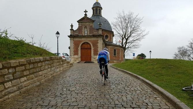 Lo scollinamento del muro di Grammont, la ripida verticale fiamminga che questanno tornerà a far parte del tracciato del Giro delle Fiandre (greggranato.files.wordpress.com)