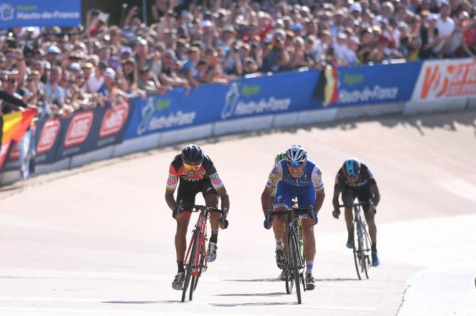 Lo sprint decisivo sulla mitica pista del velodromo di Roubaix (Tim de Waele/TDWSport.com)