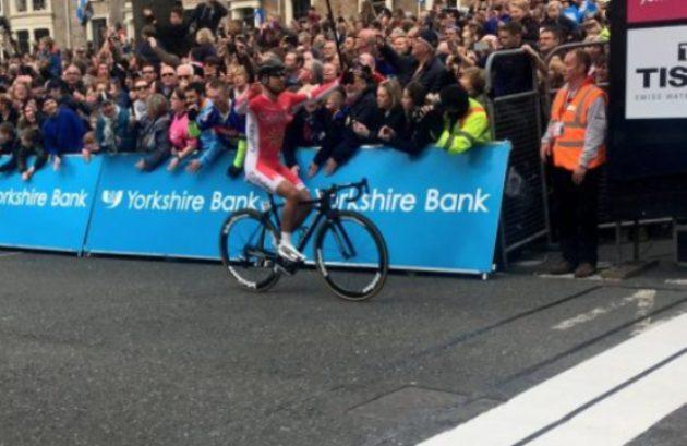 Larrivo è allo sprint ma sembra quasi una vittoria in solitaria della di Bouhanni sul traguardo di Harrogate (foto letouryorkshire)