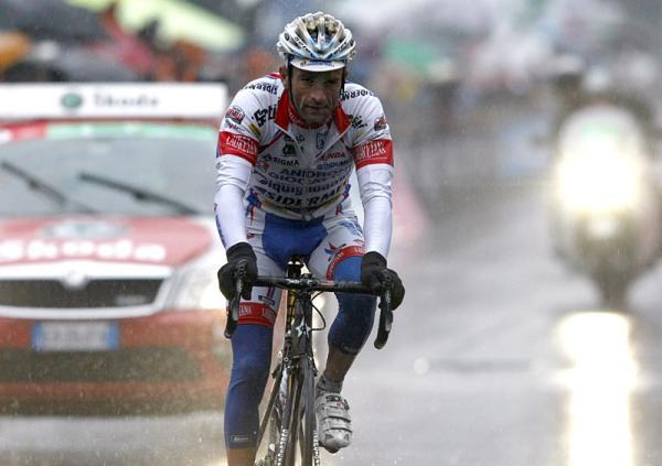 Bagnato come un pulcino Michele Scarponi taglia in seconda posizione il traguardo del Giro di Lombardia 2010 (foto Bettini)