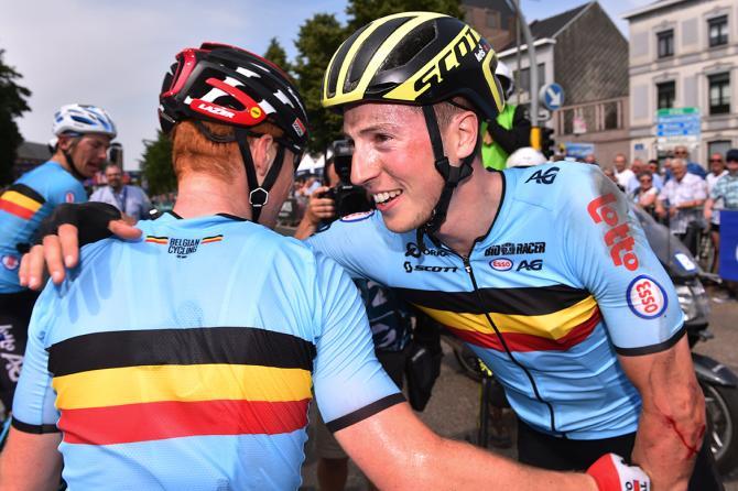 Keukeleire riceve le congratulazioni dei compagni di squadra della nazionale belga, con la quale ha corso e vinto l87a edizione del Giro del Belgio (foto Tim de Waele/TDWSport.com)