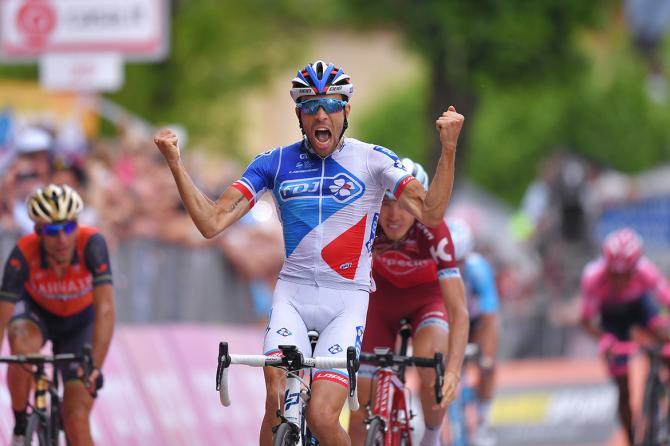 Lo sprint vinto da Pinot al termine dellultima, elettrizzante tappe di montagna del Giro dItalia 2017 (foto Tim de Waele/TDWSport.com)