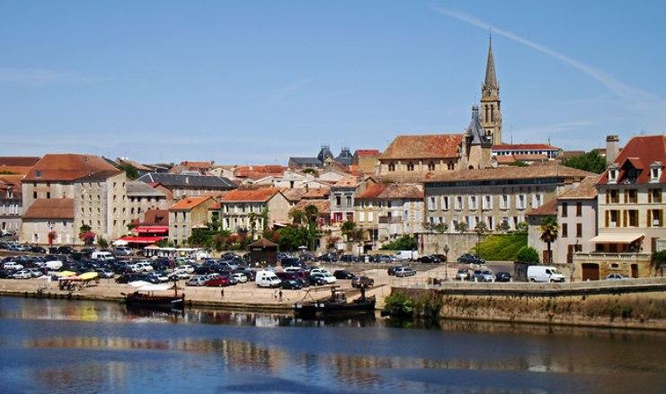 Un bello scorcio di Bergerac, vista dal fiume Dordogna (baguetteshandlebarsdiscoverfrance.com)