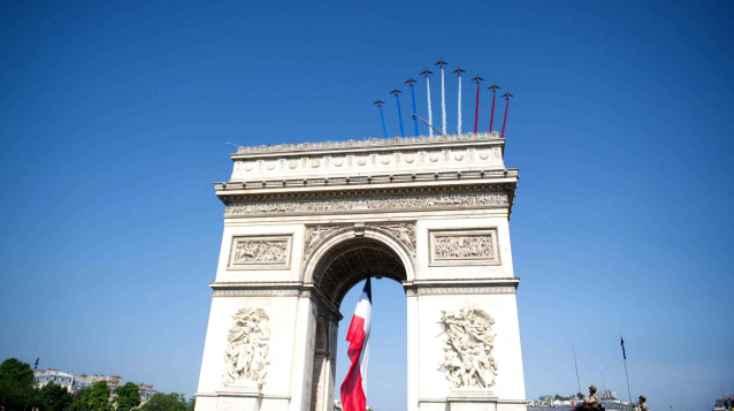 Dietro lArco di Trionfo fa capolino la Patrouille, le frecce tricolori francesi (www.20minutes.fr)