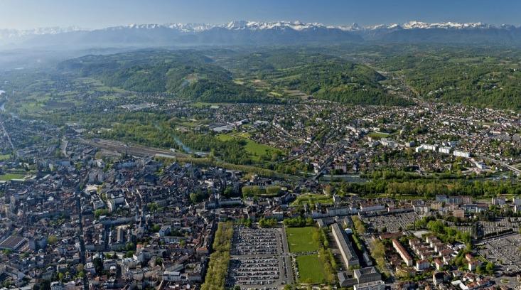 Vista aerea di Pau con i Pirenei sullo sfondo (cabinflooresoterica.com)