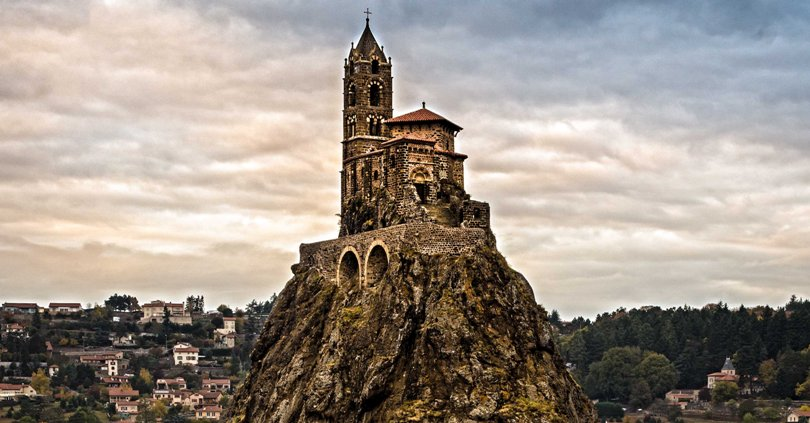 La guglia di roccia sulla quale è costruita la cappella di Saint-Michel dAiguilhe a Le Puy-en-Velay (playingintheworldgame.files.wordpress.com)