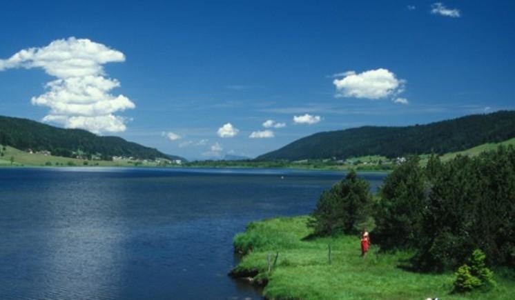 Il Lac des Rousses, situato sullo stesso altopiano dove si trova lomonima stazione di sport invernali, sede darrivo dellottava tappa del Tour (www.lesrousses.com)