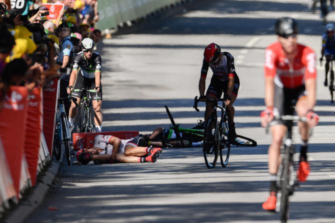 Corridori a terra dopo la caduta innescata da Sagan a Vittel (Getty Images Sport)