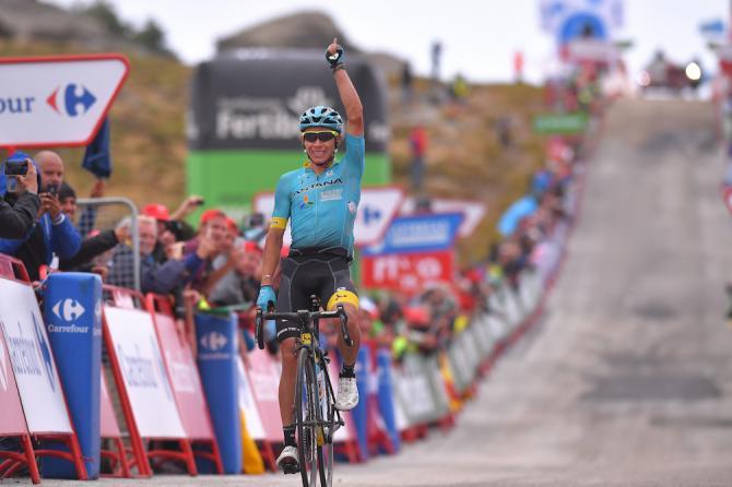 Il successo del corridore dellAstana Miguel Ángel López sul traguardo dellosservatorio di Calar Alto, al termine della seconda tappa dalta montagna della Vuelta 2017 (Tim de Waele/TDWSport.com)