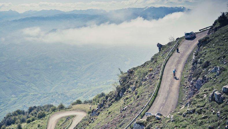 LAngliru mozzafiato.... anche per i bei panorami che offre la tremenda salita asturiana (www.spiuk.com)