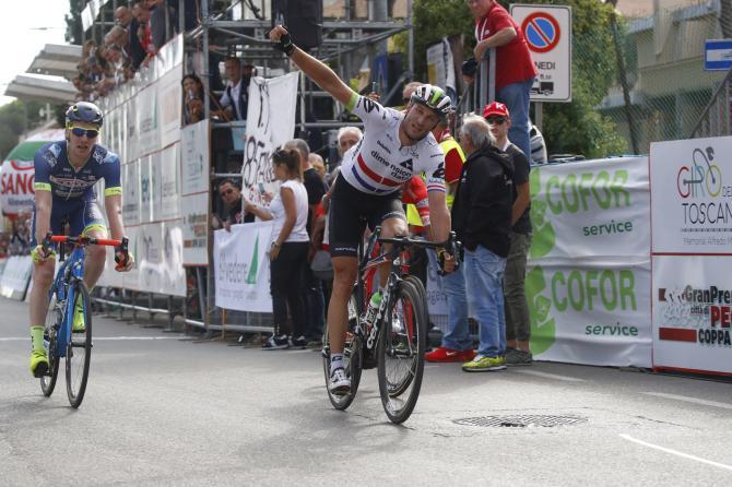 Stephen Cummings precede i compagni di fuga sul traguardo di Pontedera, prima tappa del Giro della Toscana - Memorial Alfredo Martini (foto Bettini)