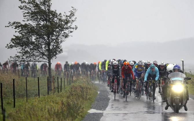 Il gruppo percorre un tratto di strada sotto la pioggia; da lì a breve arriverà lo stop definitivo da parte degli organizzatori (foto Bettini)