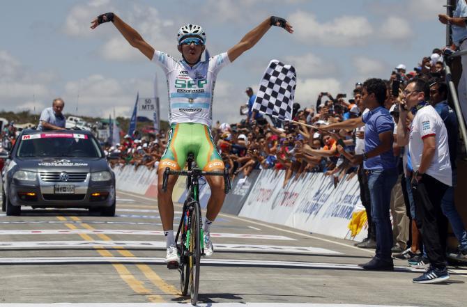 Largentino Najar spicca il volo sullAlto Colorado, traguardo della tappa regina della Vuelta a San Juan (foto Bettini)