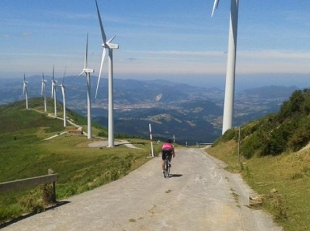 Vista dalla strada del Monte Oiz, una delle ascese inedite che saranno lanciate dalla Vuelta 2018 (www.cyclefiesta.com)