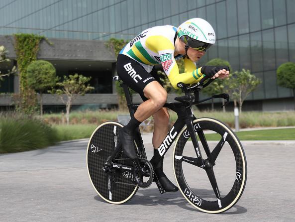 Rohan Dennis lanciato verso la vittoria sulle strade dellinedita cronometro dellAbu Dhabi Tour (foto TDW/GI Cycling)