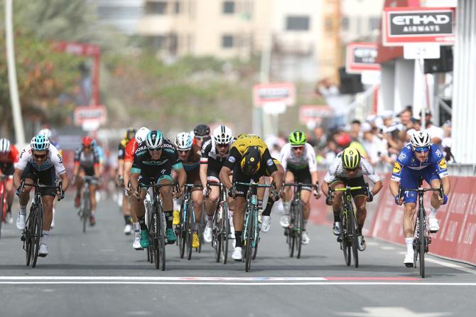 Elia Viviani vince una tappa pianeggiante ma resa articolarmente complicata dalle continue accelerazioni del gruppo allAbu Dhabi Tour (foto Tim de Waele/TDWSport.com)