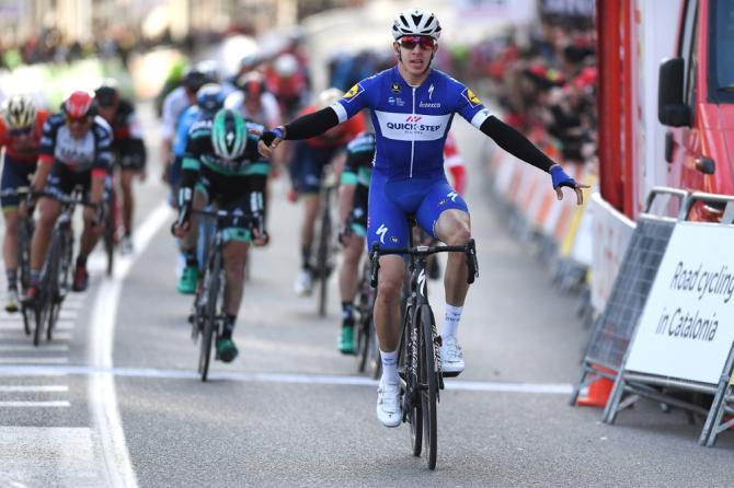 Dopo Gaviria, la Colombia ha sfornato un altro promettente velocista: ecco Álvaro Hodeg tagliare per primo il traguardo della frazione dapertura del Giro di Catalogna (foto Tim de Waele/TDWSport.com)