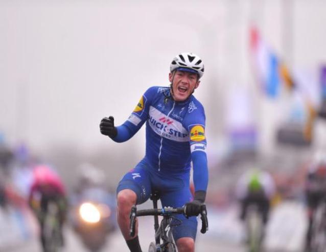 Lampaert si lascia alle spalle gli avversari per il secondo anno consecutivo e bissa il successo del 2017 alla Dwars door Vlaanderen (foto Tim de Waele/TDWSport.com)