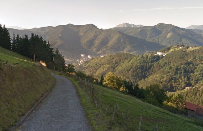 Un panoramico tratto della stretta e ripidissima strada che conduce al Santuario della Virgen de Arrate, traguardo della tappa regina del Giro dei Paesi Baschi (Google Street View)