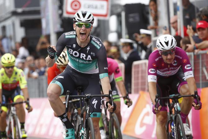 La Quick-Step non brilla a Praia e Viviani con lei: è Bennett ad approfittarne e ad andare a segno nella settima tappa del Giro 2018 (foto Bettini)