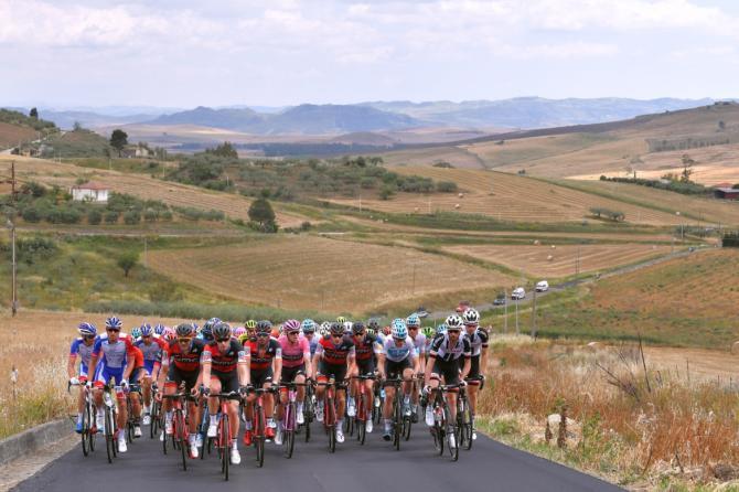 Ultime pedalate per il gruppo sulle calienti strade sicule (foto Tim de Waele/TDWSport.com)