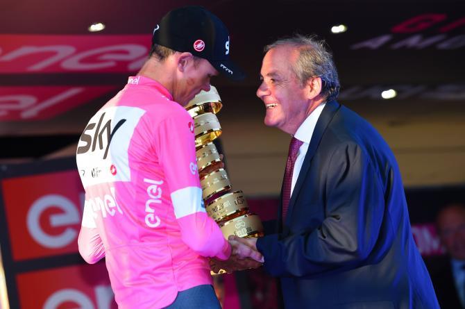 Il direttore del Giro dItalia Mauro Vegni si congratula con Chris Froome (foto Bettini)