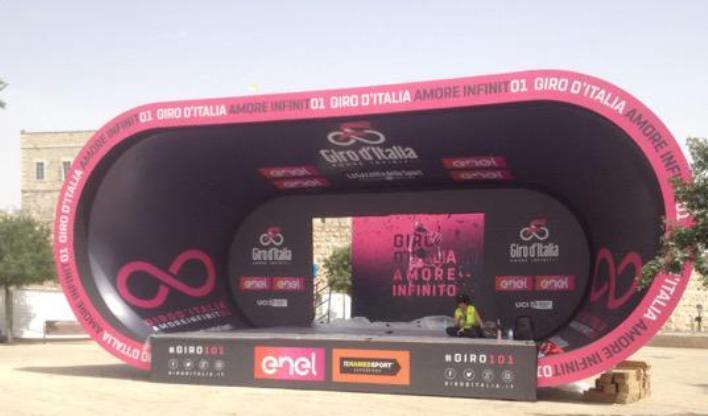 Il palco che ha ospitato la premiazione di Dumoulin dopo la sua vittoria nella crono dapertura (foto Alasdair Fotheringham)