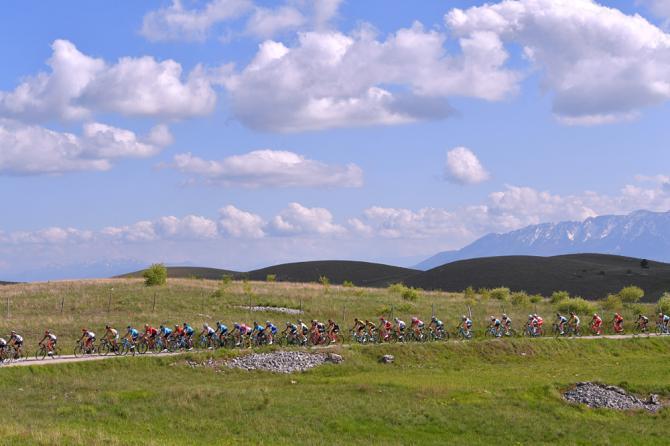 Il serpentone del Giro solca le strade che attraversano il verde paesaggio degli altipiani abruzzesi (foto Tim de Waele/TDWSport.com)
