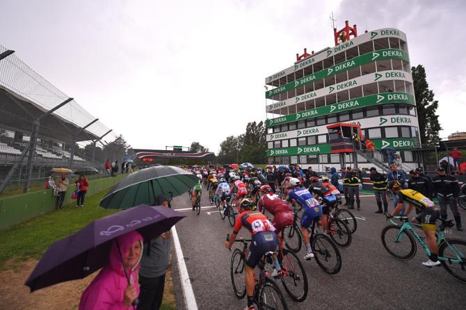 Il Giro dItalia approda sulla pista del celebre autodromo del GP di San Marino di Formula 1 (foto Tim de Waele/TDWSport.com)