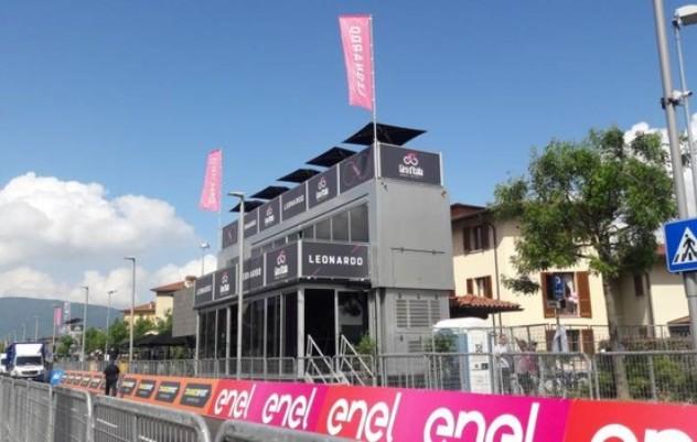 La tribuna dalla quale i giornalisti della TV commentano le fasi saliente delle tappe del Giro: questa è quella allestista sul rettilineo darrivo di Iseo (www.ilgiorno.it)