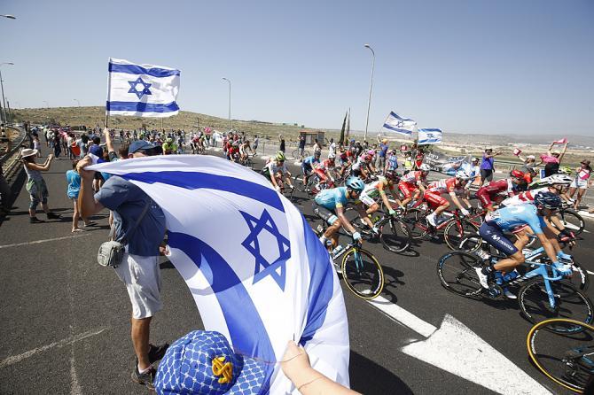Sventolano le bandiere dIsraele al passaggio del gruppo (foto Bettini)