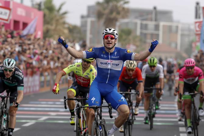 È di Elia Viviani la prima firma italiana del Giro 2018 (foto Bettini)