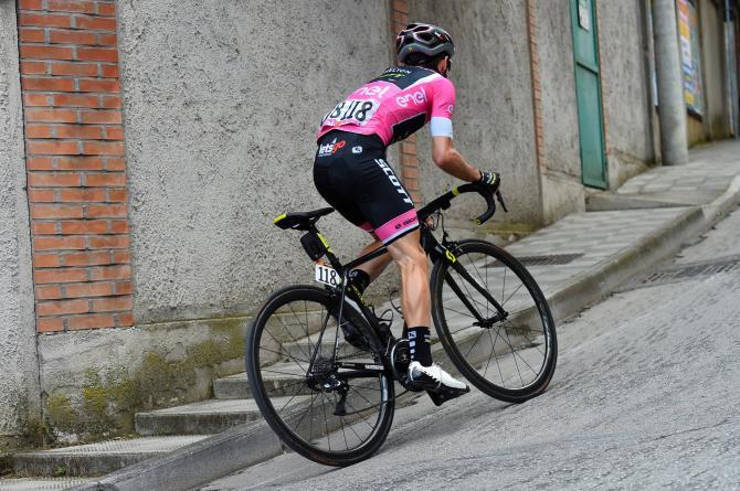 Anche sul traguardo di Osimo gli avversari di Yates hanno potuto solo vedere la schiena della maglia rosa (foto Bettini)