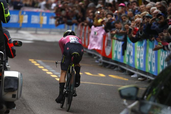 Yates si difende egregiamente sulle strade della crono Trento - Rovereto e salva la sua maglia rosa per poco meno di un minuto (foto Bettini)
