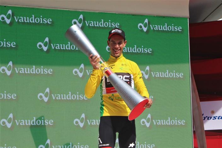 Richie Porte esibisce orgoglioso il trofeo destinato al vincitore del Tour de Suisse (foto Andrea Giorgini)