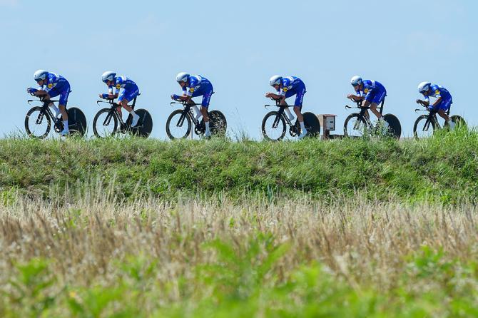 La Quick-Step in fila indiana lanciata verso il successo nella cronosquadre dapertura dellAdriatica Ionica Race (foto Bettini)