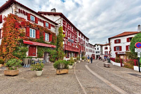 Uno scorcio di Espelette, centro celebre per la coltivazione di una speciale varietà di peperoncino (Dreamstime.com)