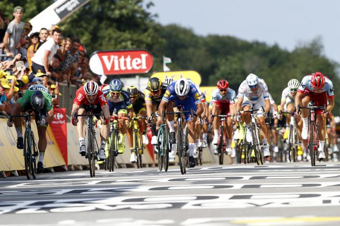 Il serrato sprint che ha sancito la vittoria di Gaviria a Sarzeau (foto Bettini)