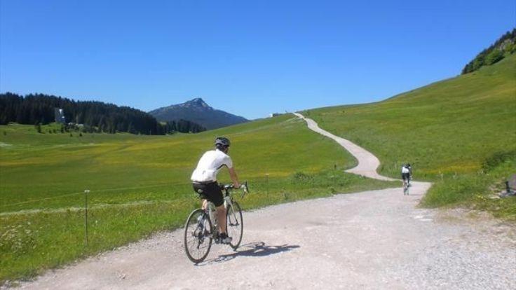 La strada sterrata che attraversa il Plateau des Glières, percorsa durante la 10a tappa del Tour (it.eurosport.com)