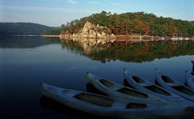 Suggestivo scorcio del Lac de Guerlédan, neui pressi di Mûr-de-Bretagne (www.chambres-hotes.fr)