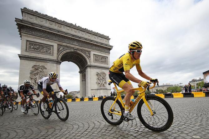 Geraint Thomas sfreccia in maglia gialla ai piedi dellArco di Trionfo parigino (Getty Images)