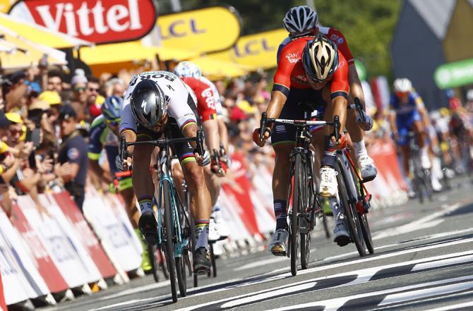 Il testa a testa tra Sagan e Colbrelli sul traguardo della seconda tappa del Tour de France 2018 (foto Bettini)