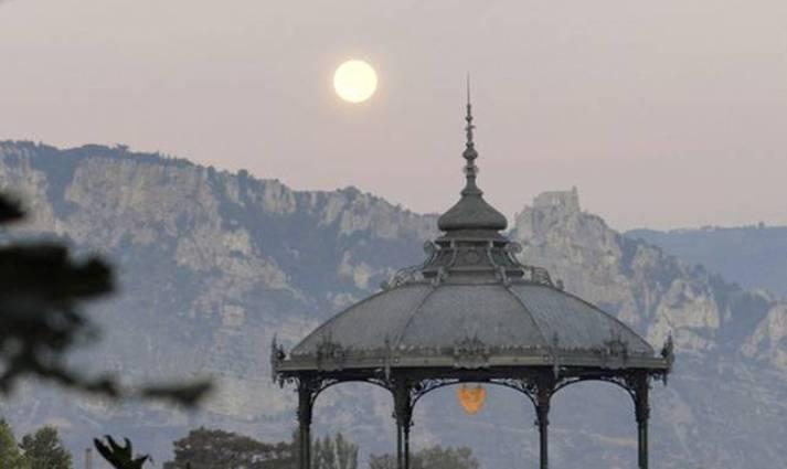 Valence, il chiosco intitolato a Raymond Peynet, lillustratore francese celebre per aver creato i personaggi degli Innamorati (http://www.valence-romans-tourisme.com)