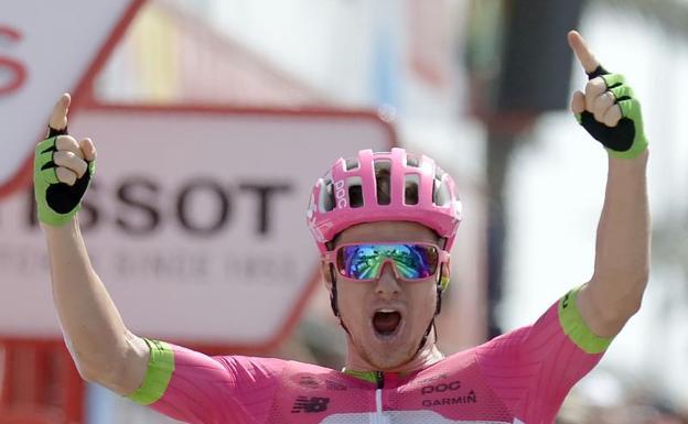 Simon Clarke esulta sul traguardo di Roquetas de Mar, sua la quinta tappa della Vuelta a España (foto EFE)