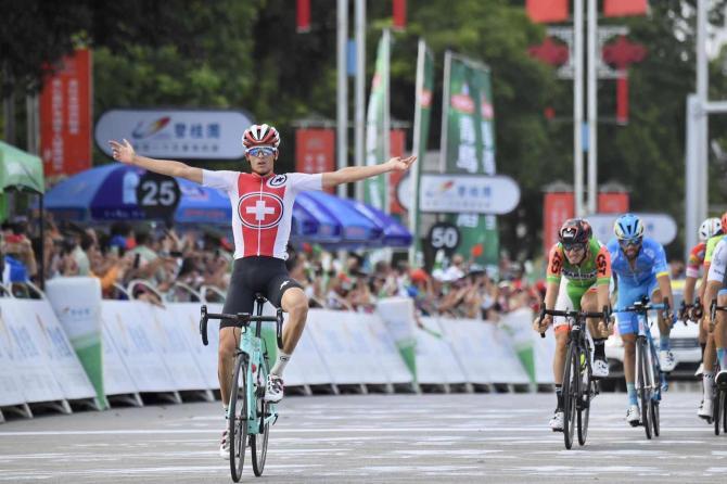 Lelvetico Gino Mäder vince la tappa più attesa del Tour of Hainan (www.tourofhainan.com)